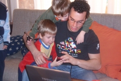 Tomáš se svými synovci Mirkem a Tomášem, které si vzal z dětského domova.