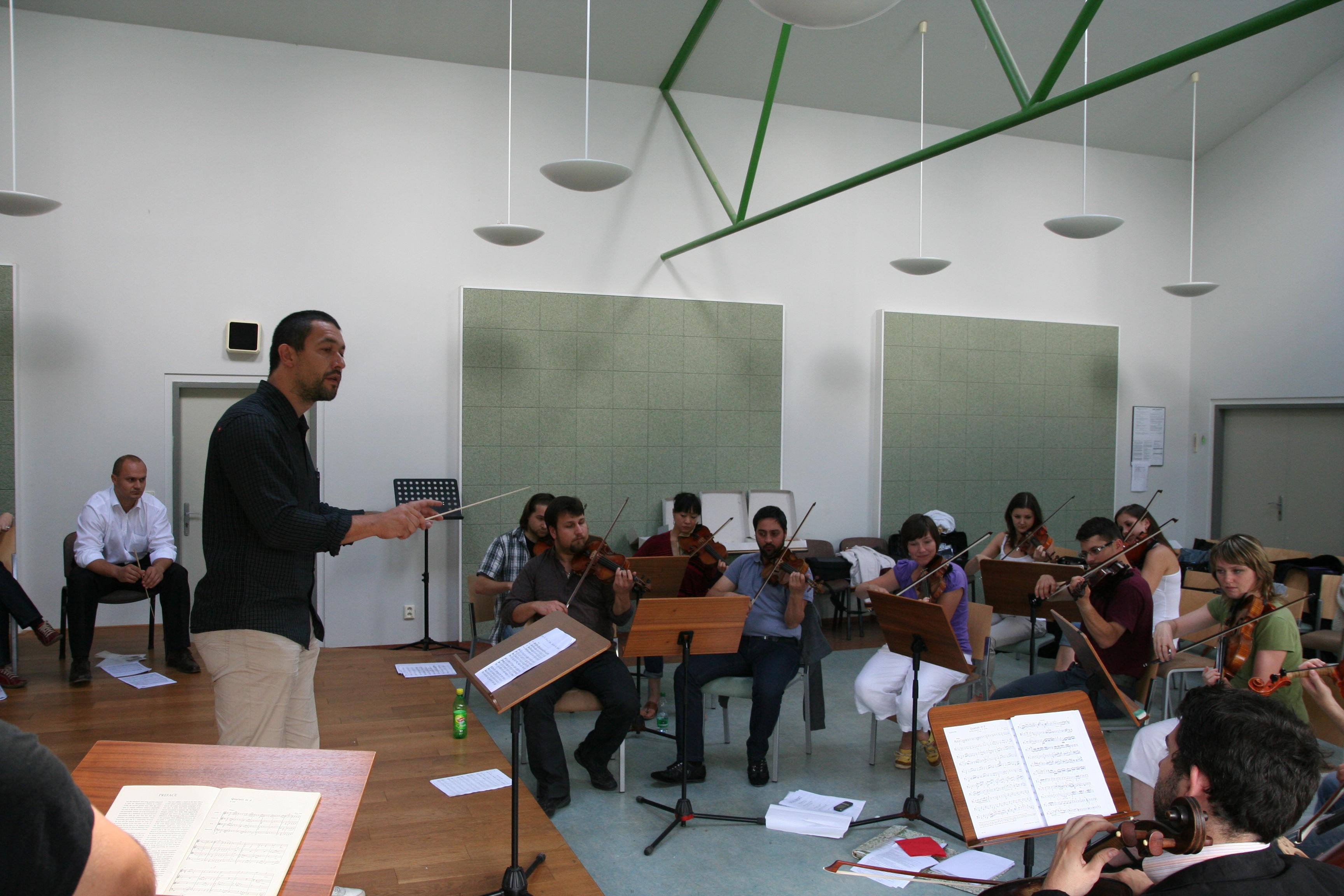 Radvan při dirigování, zdroj: archiv Radvana Bahbouha