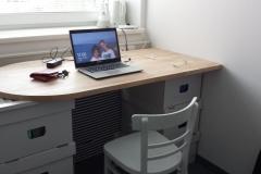 První den v nové, skromné kanceláři, kterou sdílím s kamarádem. Je to za celý můj pracovní život první místo, kde můžu být úplně sám a pracovat v absolutním klidu.