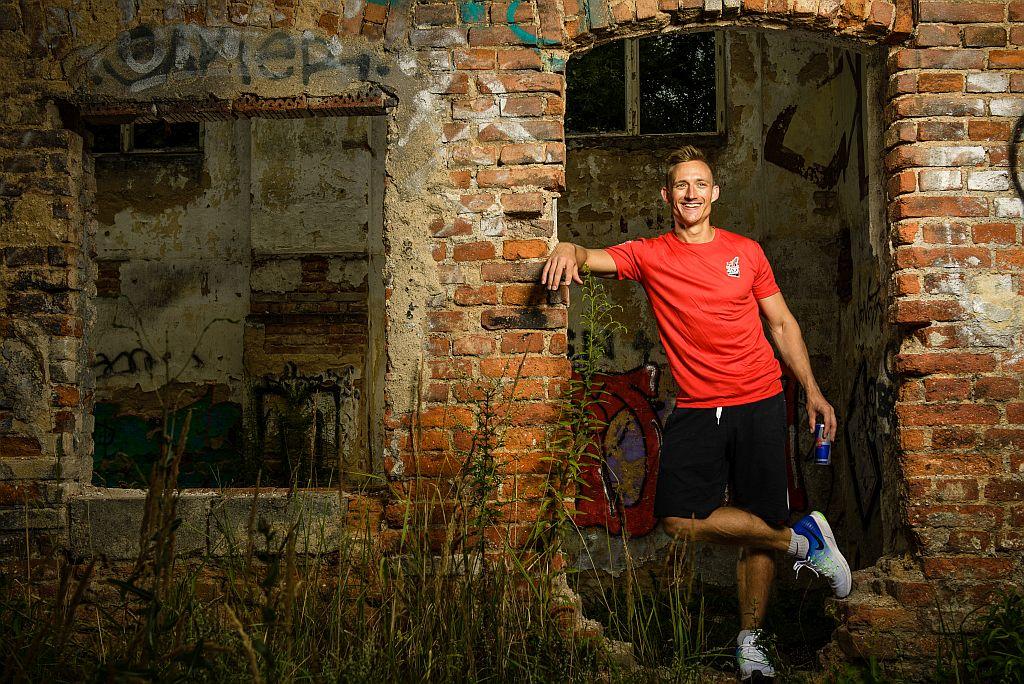 Fitness trenér s latinsko-americkým rytmem v těle