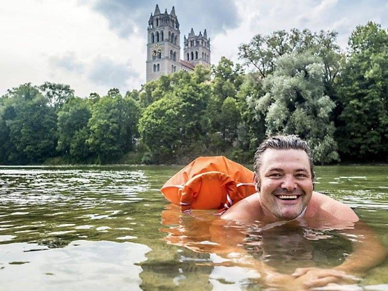 Žádné MHD nebo auto, do práce plave přes řeku