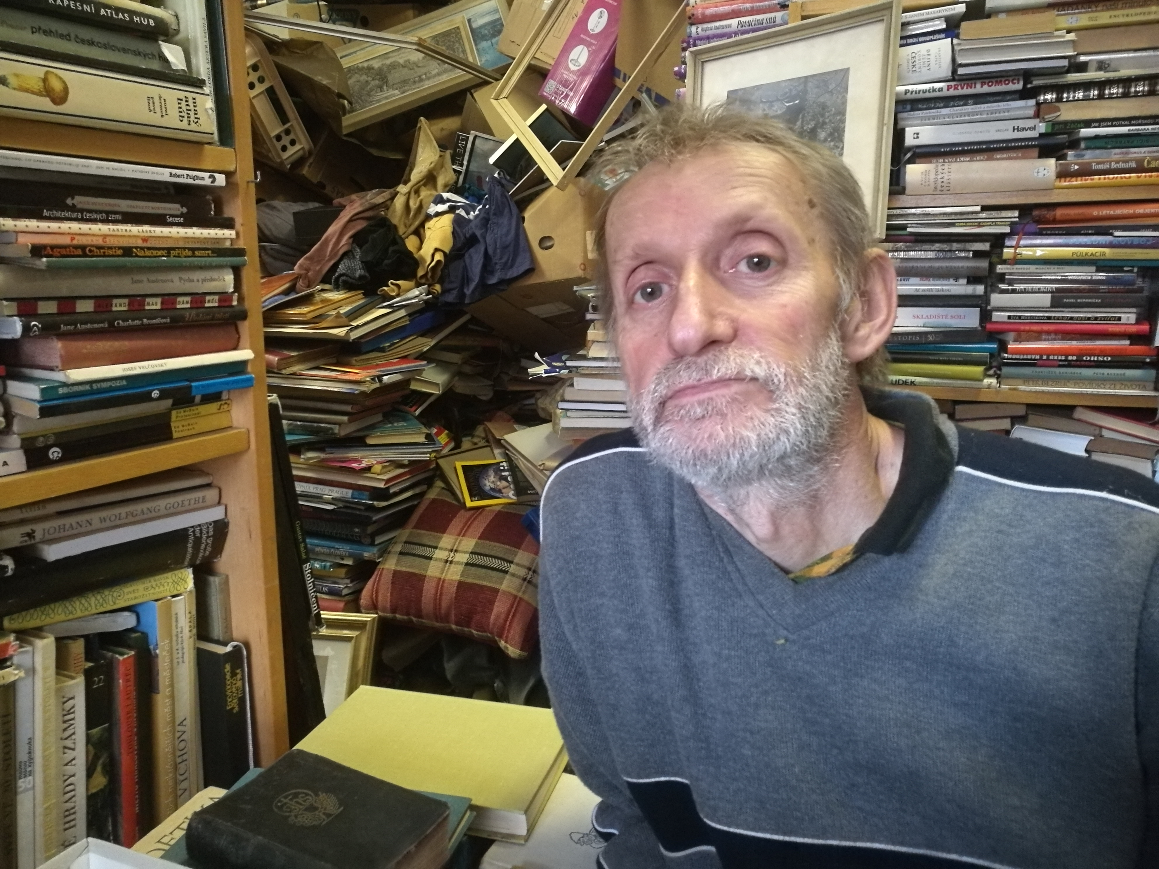 Propadl knížkám a má antikvariát jako z jiného světa