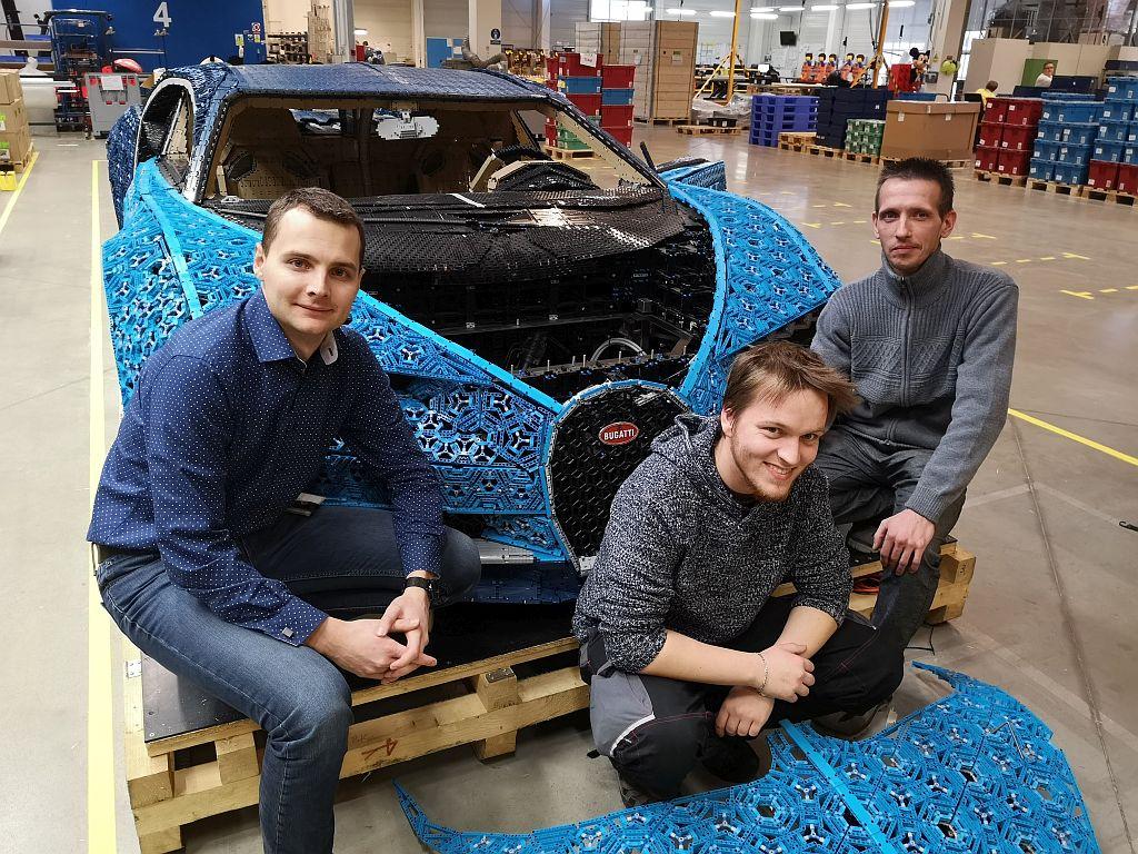 Bugatti z Lego kostek v reálné velikosti začínali v Kladně stavět na podlaze a tajně